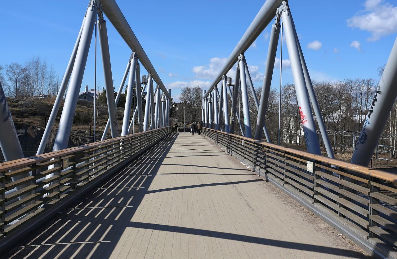 Helsinki. Linnulaulu Park. Pedestrian bridge